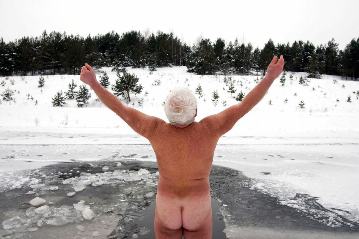 Picture taken on January 17, 2010 shows a naked Belarussian man preparing to jump into the icy waters of a pond some 50 km west of Minsk in the village of Vyazinka. AFP PHOTO / TATYANA ZENKOVICH