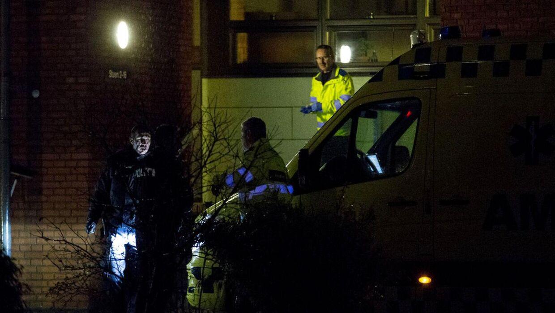 Her ses politiet, der arbejder ved lejligheden, hvor det lille barn blev fundet.
