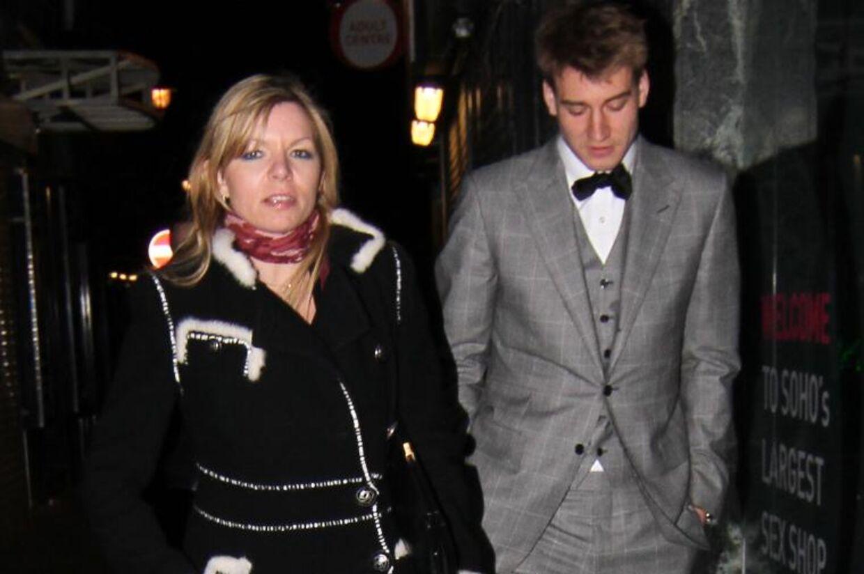Bendtners ledsager var en kvinde, som ugebladet Se og Hør har identificeret som Fransesca Tholstrup,gift med den danske Søren Tholstrup, der tilhører Kronprins Frederiks inderkreds.