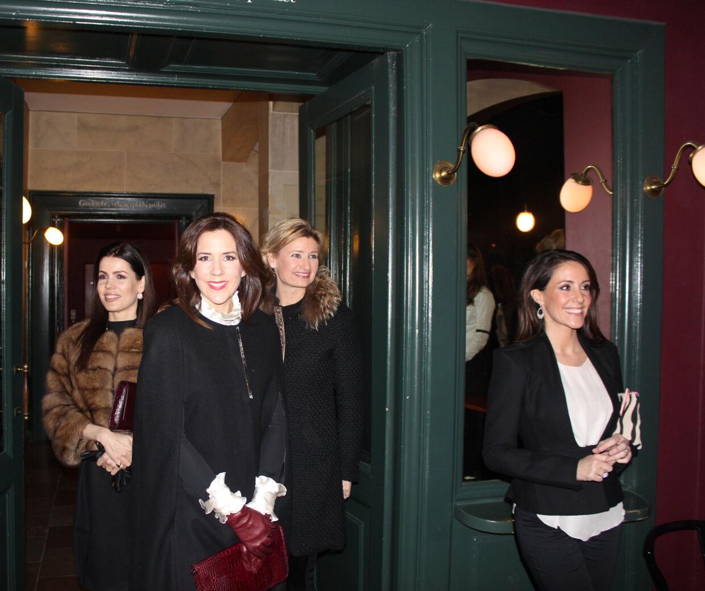 Kronprinsesse Mary, prinsesse Marie og baronesse Helle Reedtz-Thott glædede sig til at fejre Malene Birgers 10-års jubilæum på Det Kongelige Teater. Foto: Katja Maria Salomonsen