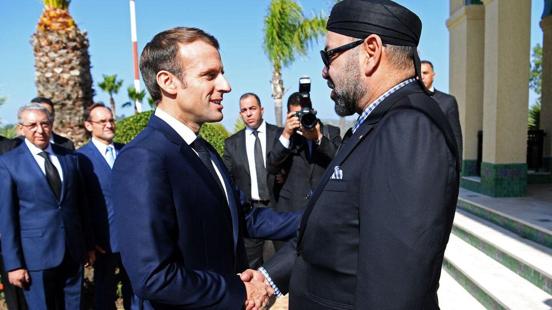 Frankrigs præsident Emmanuel Macron giver hånd til kong Mohammed VI.