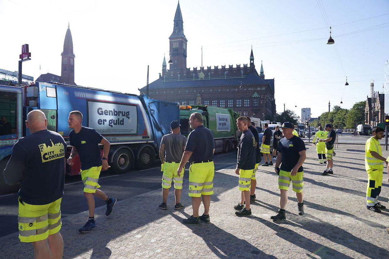 Skraldeaktionen på H. C. Andersens Boulevard i København onsdag morgen skal angiveligt gøre opmærksom på skraldemændenes arbejdsvilkår.