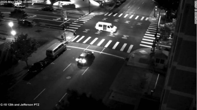 Den hvide varevogn, som Steven Carillo og Robert A. Justus benyttede, da de skød og dræbte en FBI-vagt i Oakland 29. maj.