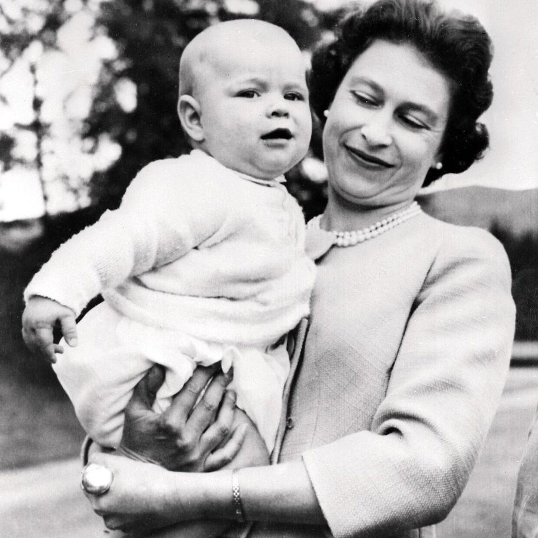 Dronning Elizabeth og hendes søn prins Andrew.