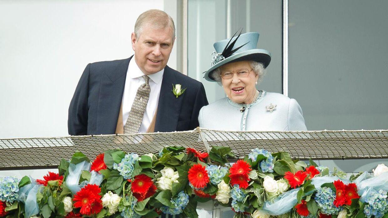 Prins Andrew ved sin mors side.