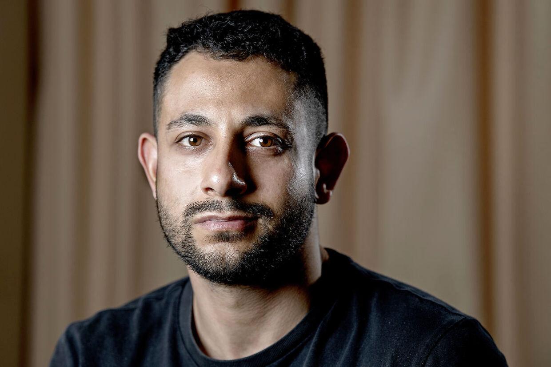Mohammed Qaraday var ven med avisbudet Deniz Uzun, der blev dræbt med en kølle på Amager for 12 år siden. Den dengang 16-årige Mohammed stod lige ved siden af, og det kunne lige så godt have været ham, der var blevet dræbt. De efterfølgende år har været hårde for Mohammed, som både har kæmpet med den psykiske påvirkning og trusler fra sit eget miljø, der mener, han ikke gjorde nok for at redde sin ven.