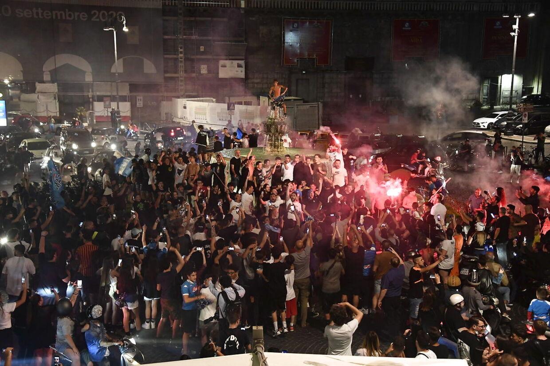 Napoli-fans fejrer sejren over Juventus i Coppa Italia-finalen.