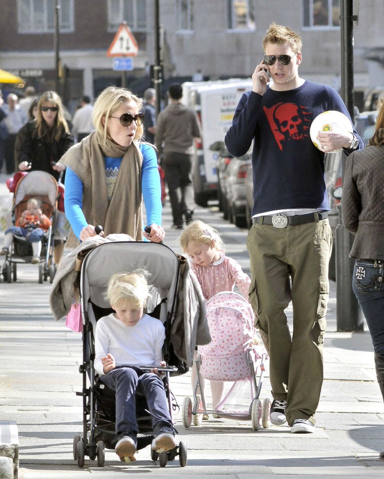 Caroline Fleming med sin daværende kæreste Nicklas Bendter og sine to børn fra ægteskabet med Rory Fleming.