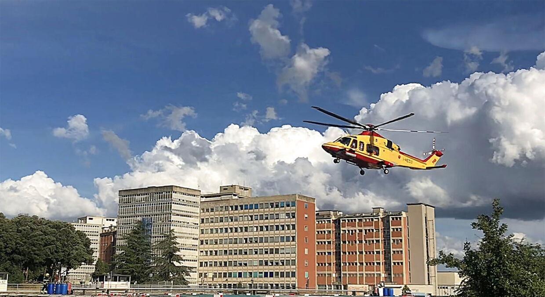 Alex Zanardi flyves til hospitalet i Siena.