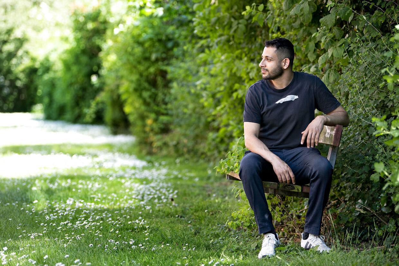 Mohammed Qaraday var ven med avisbudet Deniz Uzun, der blev dræbt med en kølle på Amager for 12 år siden. Den dengang 16-årige Mohammed stod lige ved siden af og det kunne lige så godt have været ham, der var blevet dræbt. De efterfølgende år har været hårde for Mohammed, som både har kæmpet med den psykiske påvirkning og trusler fra sit eget miljø, der mener han ikke gjorde nok for at redde sin ven.