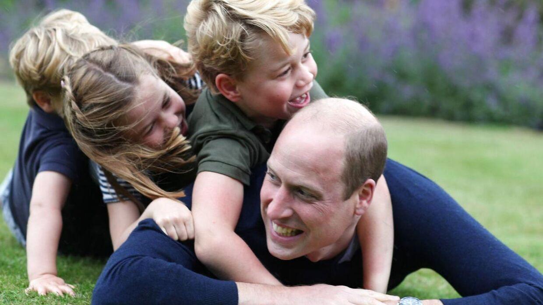 Prins William fylder 38 søndag. I den anledning har Kensington Palace offentliggjort to billeder af prinsen og hans børn på Instagram. Det er hans hustru, hertuginde Kate, der har taget dem.