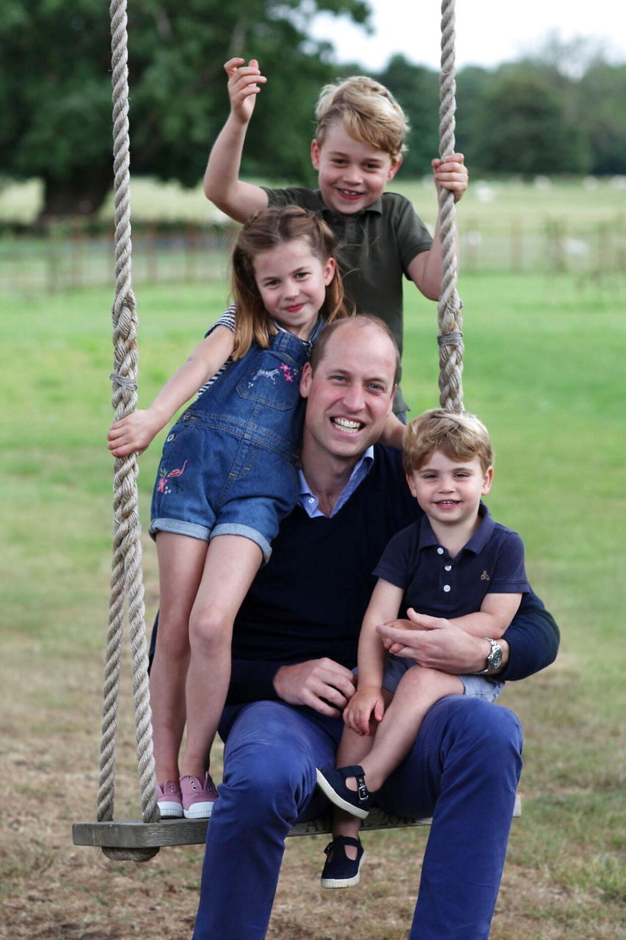 Hertugen af Cambridge med sine tre børn, prins George, pinsesse Charlotte og prins Louis.
