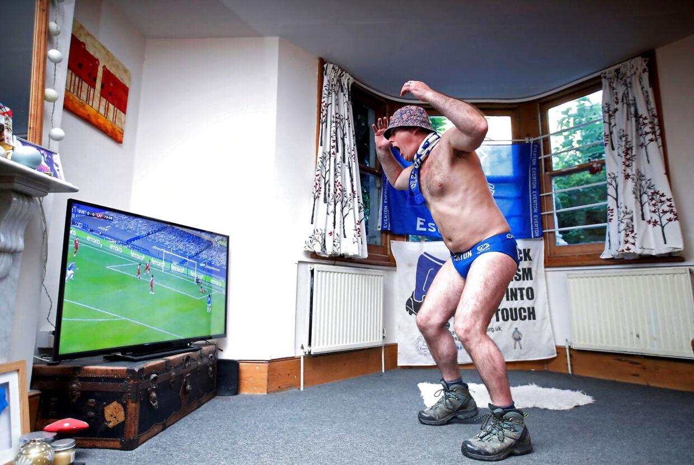 Everton-fanen 'Speedo' Mick skreg en vis legemsdel ud af bukserne under Everton-Liverpool.