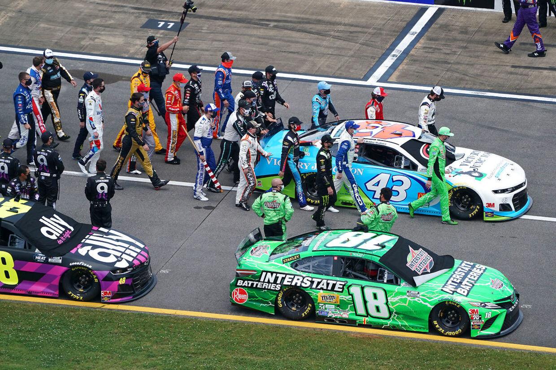 De andre kørere skubber Bubba Wallaces racer frem forrest i feltet.