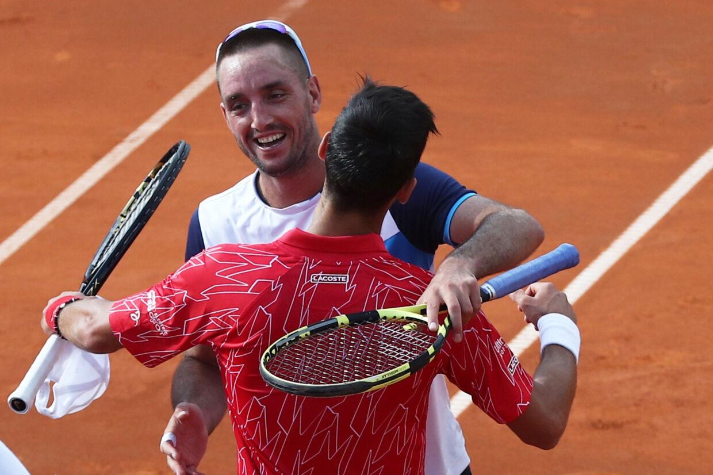 Novak Djokovic og hans serbiske landsmand Viktor Troicki krammer efter deres kamp 13. juni under Adria Tour. Nu er Troicki bekræftet som den tredje coronasmittede spiller fra turneringen. Marko Djurica/Reuters