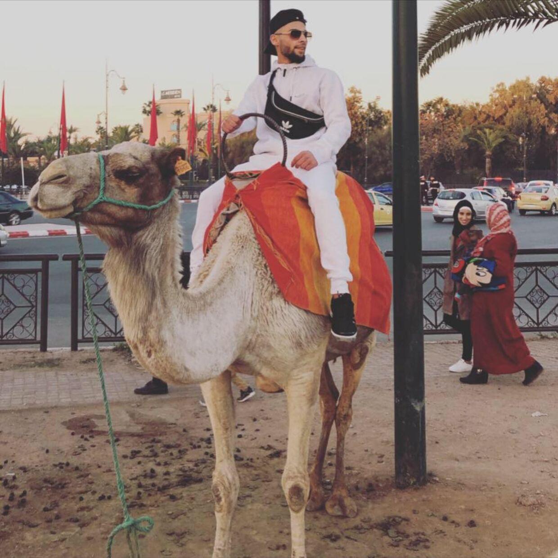 Her ses en tydeligt smilende SB på ryggen af en dromedar et sted i Mellemøsten. Det er lagt på Facebook den 12. februar i år. Det vil sige et halvt år efter han 14. august ved Retten i Herning fik en dom på 5 måneders fængsel for kokainhandel. Foto: Facebook