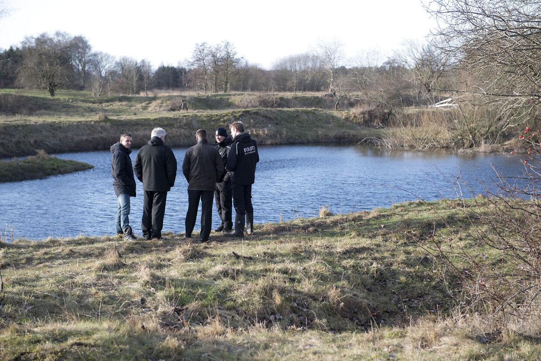 Politiet inspicerer søen i Regnemarks Bakke, hvor liget af Emilie Meng blev fundet den 24. december 2016. Det er efterforskningsleder på sagen, Søren Ravn-Nielsen, nummer to fra venstre.
