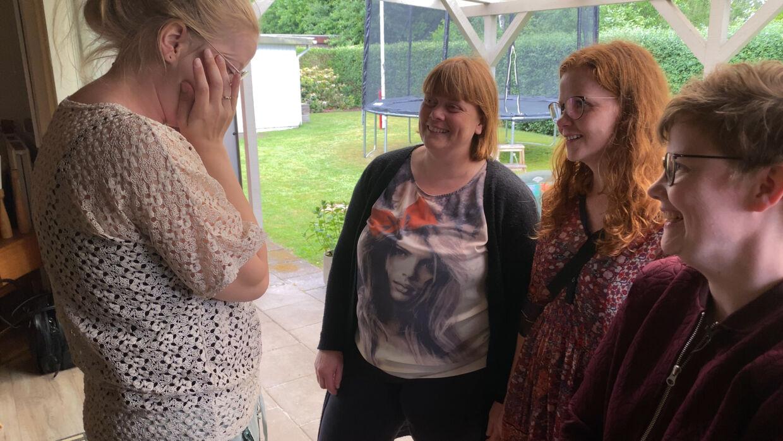 Karen-Margrethe var rørt til tårer over søstrenes overraskelse.