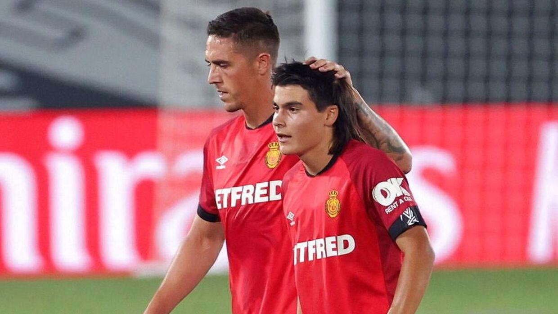 Luka Romero (forrest) får et klap på hovedet af en holdkammerat.