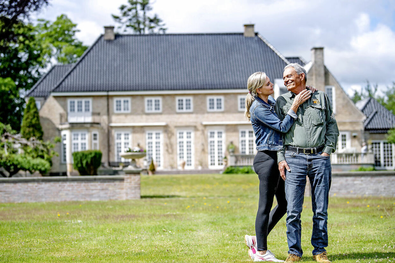 Karsten og Janni Ree foran luksusejendommen Vedbæklund i Nordsjælland. Det er dog ikke den type værdier, han har forsøgt at indpode i sine 4 børn.