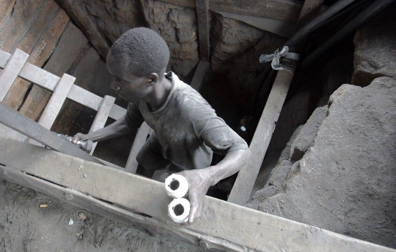 Em minearbejder kravler ud af minen Manyara-regionen. Det eneste sted, man kan finde Tanzanite i hele verden.