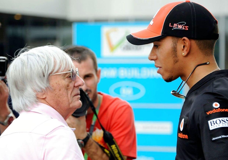 Bernie Ecclestone i samtale med Lewis Hamilton. Arkivfoto.