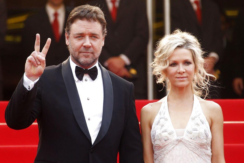 Den australske skuespiller Russel Crowe blev skilt fra sin hustru Danielle Spencer i 2012. De har to sønner sammen. Her ses de til Canne Film Festival i 2010. AFP PHOTO.