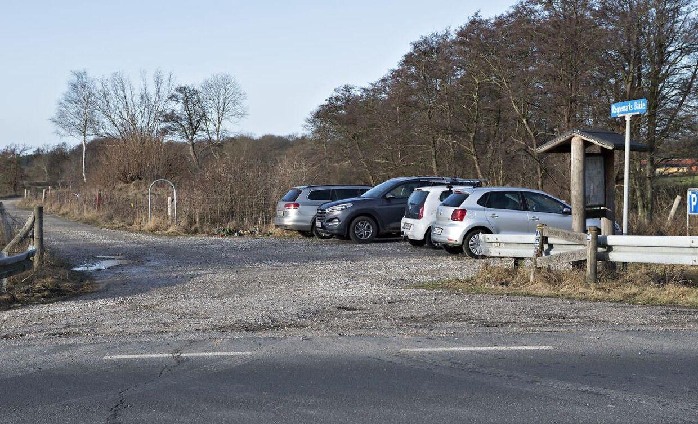 Den grusbelagte parkeringsplads ved Regnemarks Bakke.