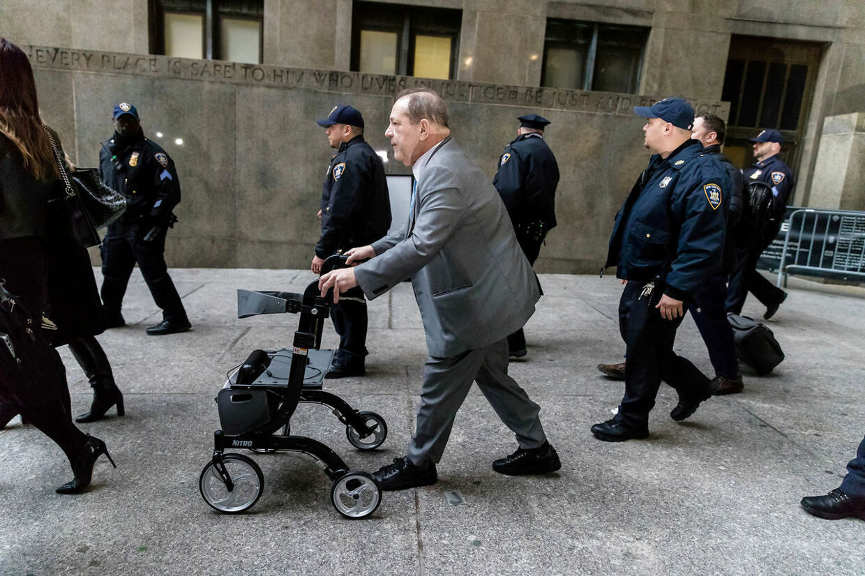 Harvey Weinstein forlader retten i februar 2020. Han blev siden idømt 23 års fængsel for voldtægt og seksuelt overgreb.