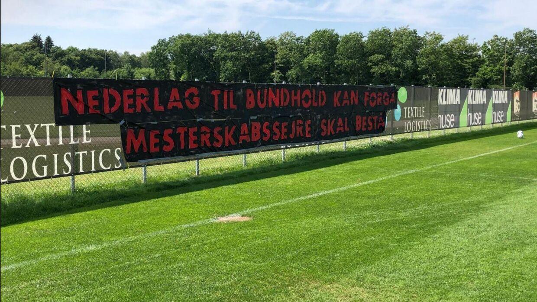 FC Midtjyllands fans havde i nat hængt dette banner op på Superliga-holdets træningsbane.