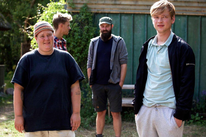 22-årige Ulrik (th.) er en af deltagerne i årets 'Hjem til gården'.