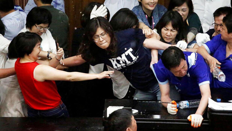 En slåskamp brød ud, da de regerende politikere brød barrikaden ned