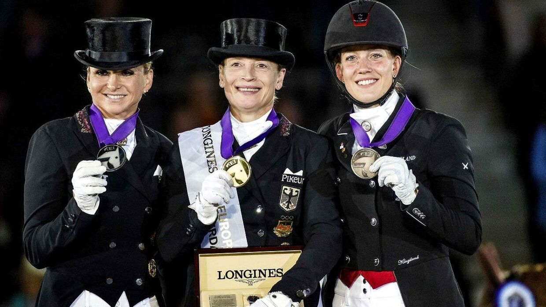 Cathrine Dufour (th.) fik i august 2019 en bronzemedalje ved EM i dressur. Her på podiet med tyske Dorothee Schneider (tv.) og Isabell Werth (i midten).