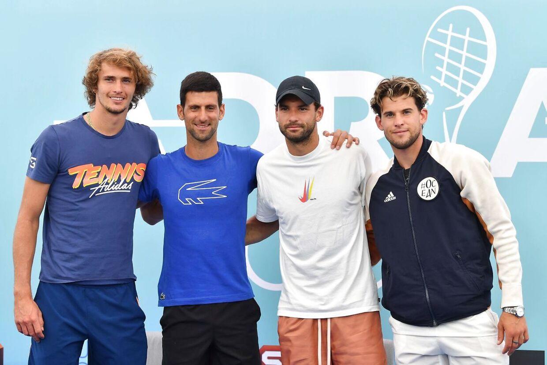 Alexander Zverev (tv.) fotograferet ved Adria Tour sammen med Novak Djokovic, Grigor Dimitrov og Dominic Thiem. Både Djokovic og Doimitrov er siden testet positiv for covid-19.