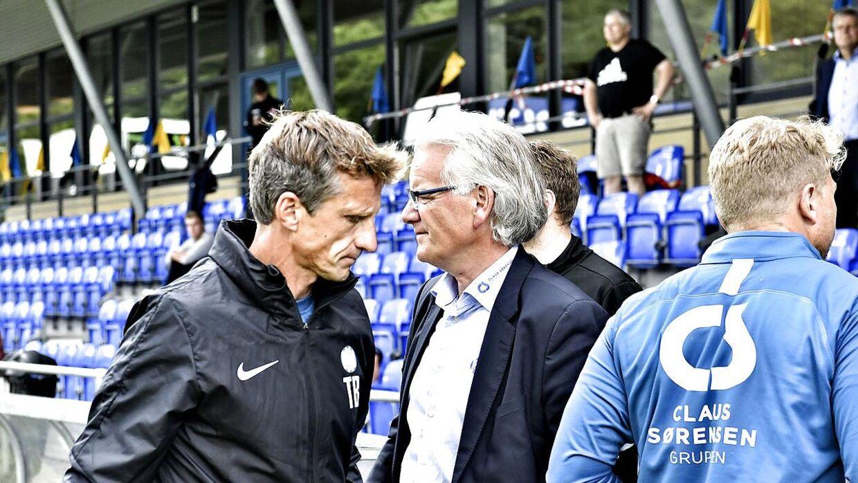 Troels Bech passerer Esbjerg fBs direktør, Brian Knudsen, efter nederlaget til Hobro, der sikrede Esbjerg nedrykning til 1. division.
