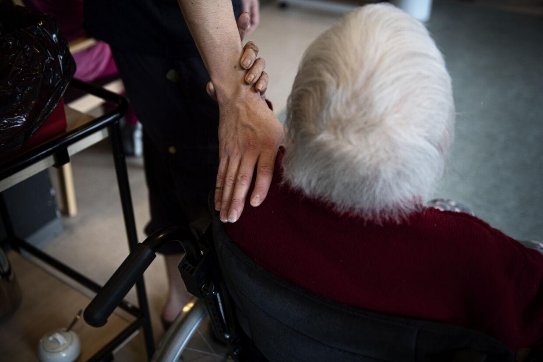 Nu bliver der åbnet yderligere for besøg på plejehjem og sygehuse. Der har siden marts været pålagt skrappe restriktioner på besøg. (Arkivfoto) Ida Guldbæk Arentsen/Ritzau Scanpix