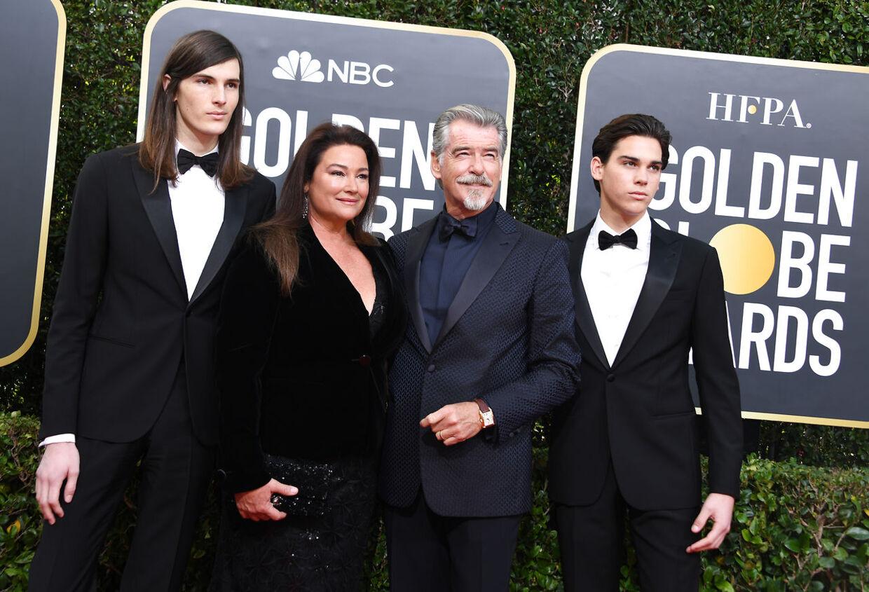 Her ses Pierce Brosnan med hans kone Keely Shaye Smith og sønnerne Paris Brosnan (t.h.) og Dylan Brosnan (t.v.) ved Golden Globes-uddelingen i januar 2020.