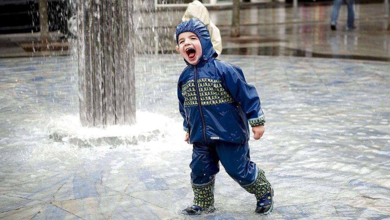 Tirsdag bliver sommervejret sat på pause. Det bliver en blæsende, kølig og våd dag. (Arkivfoto)