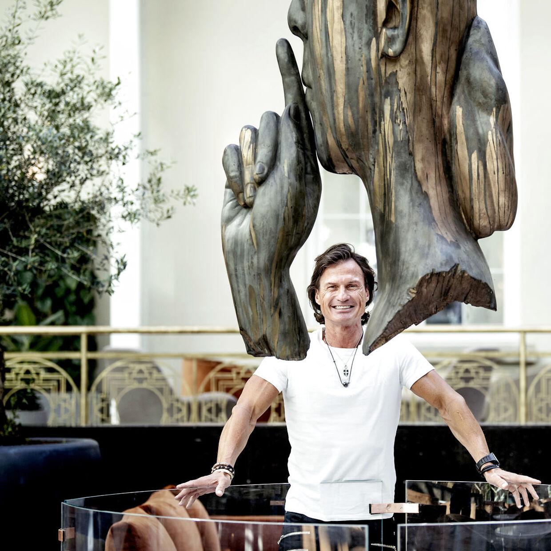 Petter Stordalen fotograferet i den store courtyard i sit nye luksushotel, Villa Copenhagen. Den 57-årige norske hotelkonge og milliardær holder sig i form med både styrke- og konditræning, men fik en overbelastning i sit højre ben, da han tog en løbetur i København.