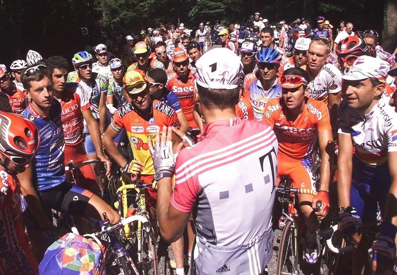 Bjarne Riis taler med rytterne under 17. etape.