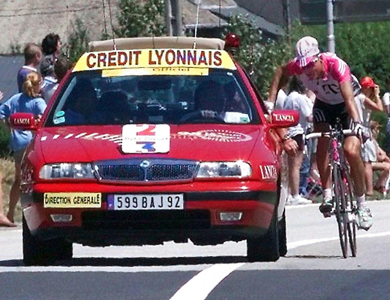 Bjarne Riis er cyklet op til løbsdirektør Jean-Marie Leblanc ved 17. etape af Tour de France for at demonstrere mod behandlingen af TVM-holdet dagen forinden.