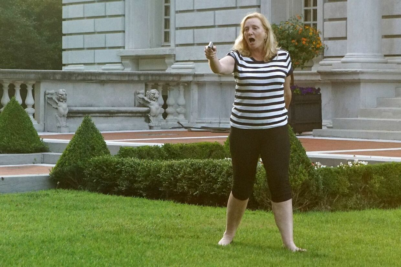 Patricia McCloskey på plænen foran sit hus i St. Louis.