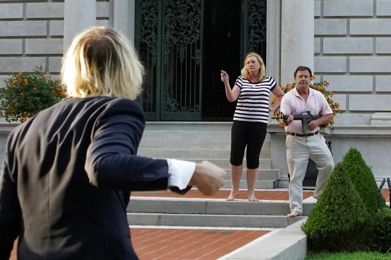 En demonstrant skændes med det bevæbnede ægtepar.