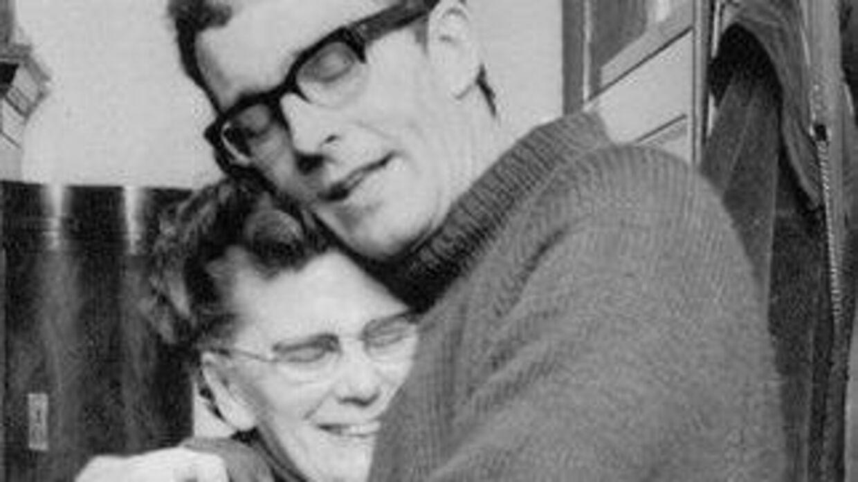 Da Amdi Petersen blev løsladt fra det tyske fængsel i oktober 1969, satte hans gamle mor, Eva Petersen, sig resolut ind i sin bil i Svendborg og kørte til Sønderjylland for at tage Lille Amdi (hendes mand hed også Amdi) i sin favn.
