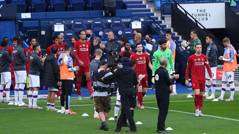 Med strakte arme og en vandflaske i hånden stod Bernardo Silva passivt og så på under æresporten for Liverpool.