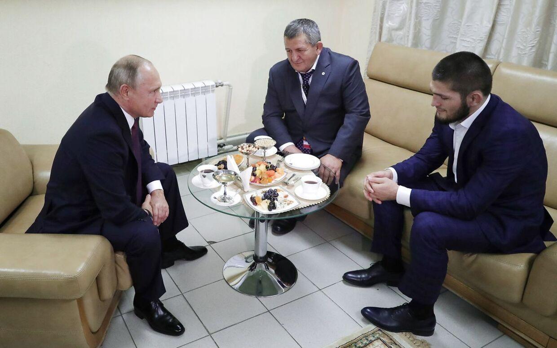 Khabib Nurmagomedov med sin far Abdulmanap på besøg hos den russiske præsident, Vladimir Putin.