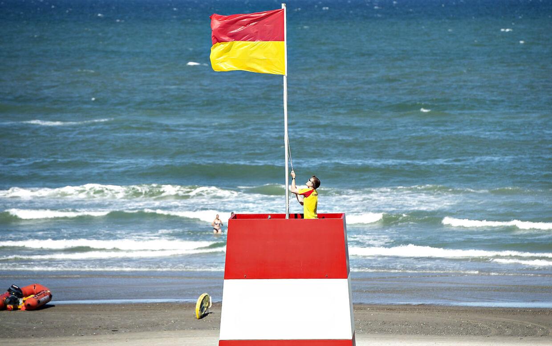 Søndag og mandag må livredderne ved den nordligste del af Vesterhavet regnes vindstød af stormstyrke. Så flagende vil nok blafre rigtig meget disse dage. (Foto: Henning Bagger/Ritzau Scanpix)
