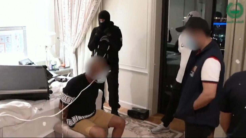 Politiet i Dubai har delt dette billede, som viser en af anholdelserne i sagen.