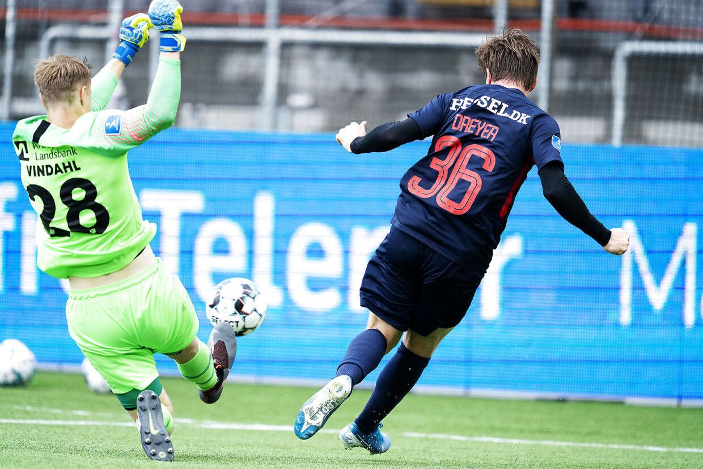 Det er her, at Anders Dreyer brænder den kæmpe chance, der kunne have bragt FC Midtjylland på 2-0.