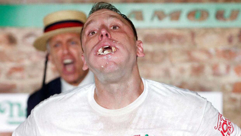 Joey Chestnut puster ud, efter det stod klart, at han havde slået sin egen rekord og sat ny verdensrekord i hotdogspisning.